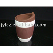 tasse en céramique blanche avec manchon en silicone et couvercle