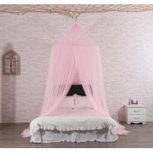 Rede mosquiteira rosa suspensa no teto para o quarto da casa