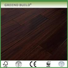 Acacia pavimentada con piso de madera dura