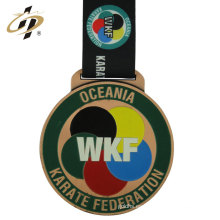 Suministro de China personalizar esmalte medallas de metal WKF karate con cordón