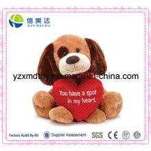 Cão de assento da peluche com coração do amor
