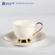 Puro Branco Isolado E Porcelana Clássica Fine Bone China Chávena De Café E Pires