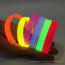 brilhando em pulseiras de pulseira escuras
