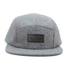 proveedores de china borde liso de lana 5 panel camper sombreros al por mayor con parche de cuero en frente