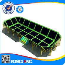Des trampolines immenses en carré intérieur pour jouer