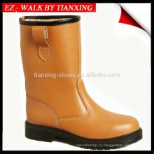 Изолированные тяжелые рабочие ботинки со стальным носком