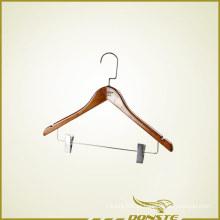 Redwood percha de ropa con presionar pantalones