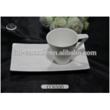 Taza y platillo de porcelana blanca