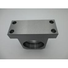 CNC que trabaja a máquina las piezas de metal