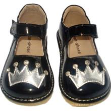 Черные лаковые каменные туфли с короной