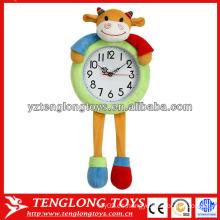 Regalos creativos promocionales y suaves del reloj de la vaca de la felpa para los niños