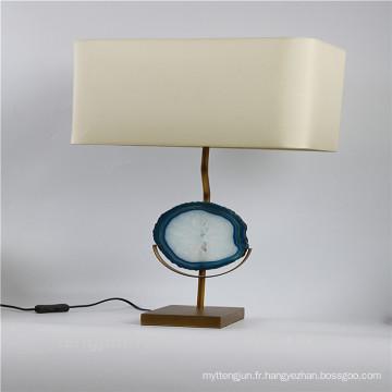 Lampe de table décorée en agate avec piédestal en métal
