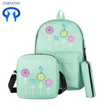 कॉलेज के छात्र स्कूल बैग और अवकाश बैग ले जाते हैं