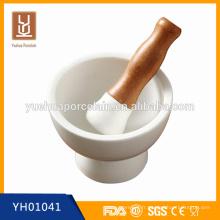 Moulins en moines de pommier et moulins à sel et poivrière en céramique