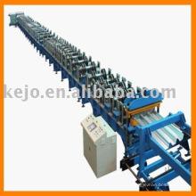 El suelo de acero que forma la máquina