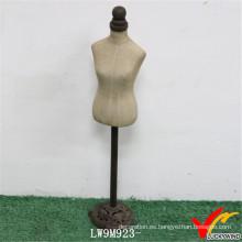 El soporte del metal hizo por encargo el maniquí femenino de la vendimia