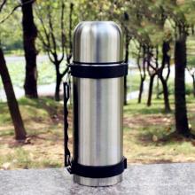 Grande garrafa de água 1000ml isolada vácuo