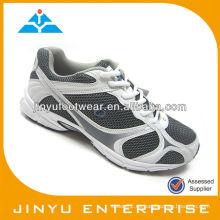La acción de la nueva llegada se divierte los zapatos corrientes