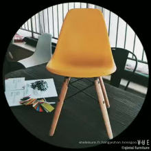 chaises de salle à manger en plastique colorées