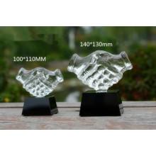 Récompense de main de verre cadeaux d'affaires se serrant le trophée de mains de cristal