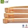 cintre en bois avec barre et bande antidérapante