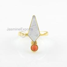 Anillo de oro blanco de 18k Howlite, anillo coralino hermoso de la piedra preciosa