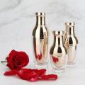 Kosmetische Flasche und Glas der rosafarbenen Goldpumpe der Acryl