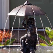 Bronze garçon et fille sous la fontaine de parapluie Boy et fille statue de jardin