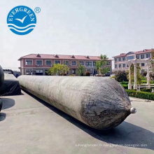 Navire de marque Evergreen lancement des airbags marins utilisés dans le chantier naval de Batam
