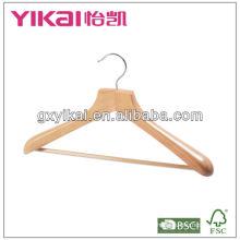 Деревянная вешалка с широкими плечами и резиновым зубцом