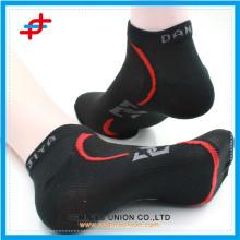 Kundengebundenes Logo des neuen Entwurfs confortable Männer Baumwollsporty Socke Großverkauf