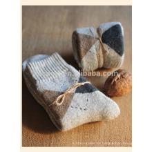 Nathional-Stil über-die-Kalb warme Männer stricken Bett Socken Großhandel