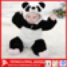 Panda en peluche en forme de bébés en hiver