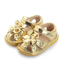 Sandálias Squeaky do bebê da flor grande do ouro