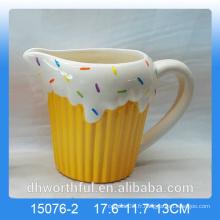 Tasse de lait en céramique décorée à la maison avec figurine de glace