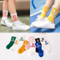 Tiras de la manera y calcetines de la letra para los calcetines encantadores del algodón de la niña