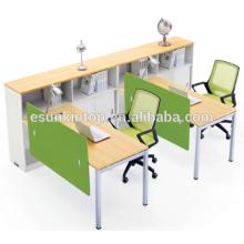 Estação de trabalho de duas pessoas com estante de madeira de pessegueiro e estofamento branco quente, Fábrica de móveis de escritório (JO-4049-2)