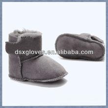 Симпатичные ботинки младенца овчины