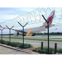 Аэропорта высоким забором защиты из колючей проволоки