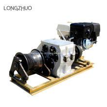 Máquina puxando do cabo do guincho do motor a gasolina