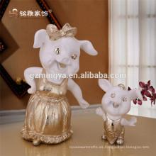 Decoración de Navidad de venta caliente de pie pequeño resina de mesa madre de cerdo y el cerdo de la figura del niño animal