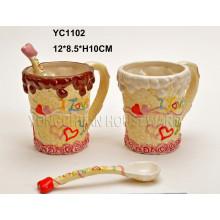 Taza de cerámica pintada a mano de los pares fijada con la cuchara