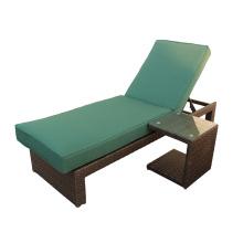 Salón de la calesa de mimbre al aire libre con mesa auxiliar