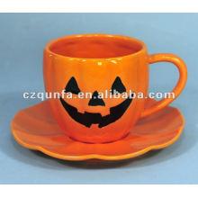 Dekorative Keramikkürbis-Tasse und Untertasse des Halloween-Themas