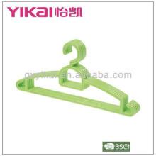 Percha de plástico con barra de pantalones y estantes para correas