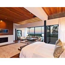 Madera de cedro rojo del precio al por mayor como fondo de la TV y techo de madera en la sala de estar.