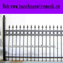 Casa o jardín usando la cerca decorativa hermosa