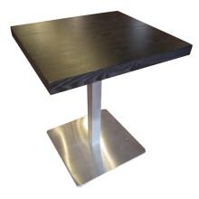 Moderna mesa de jantar de madeira do hotel