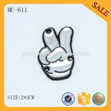 MC611 Forme a forma gravada etiquetas de vestuário de metal personalizado