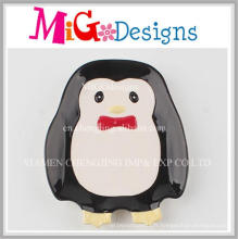 Charmant petit plat en céramique de pingouin mignon